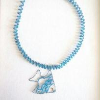 Création collier poisson bleu caraïbe en fil métal et perles