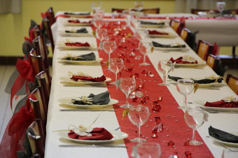 D coration de table rouge et grise pour anniversaire for Decoration 50 ans homme