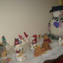 Décoration de Noël : un bonhomme de neige accompagné de ses petits amis