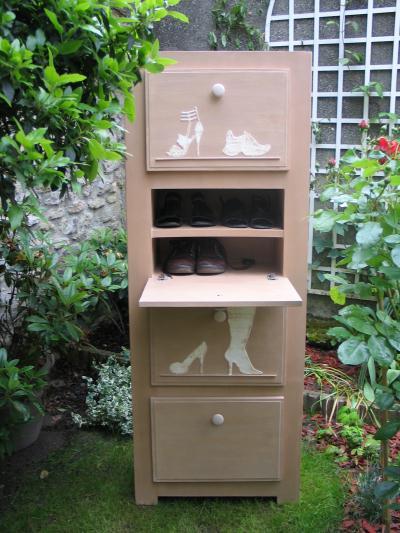 cr ation d 39 un meuble chaussures en carton avec pochoirs en relief cr ation meuble en carton. Black Bedroom Furniture Sets. Home Design Ideas