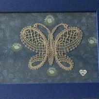 Création en dentelle : Je vole, je vole, d'arbres en arbres, dit le papillon !