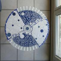 Création mosaïque : Guéridon en trio bleu/blanc/gris (tabouret fer recyclé)