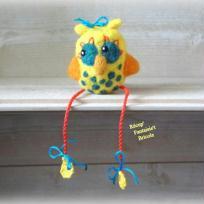 Création laine feutrée : Chouette matelot jaune à pois assise