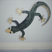 Création d'un gecko en bois peint et recouvert de résine.