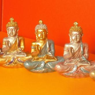Création de Statuettes Bouddha position du lotus, peintes à la main