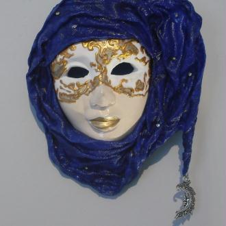 Création d'un masque vénitien mural drapé de powertex et peint à la main