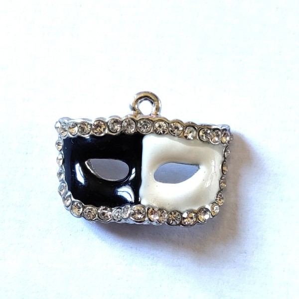 1 Breloque masque noir et blanc  - métal & émail & strass - 27x20mm - b62 - Photo n°1