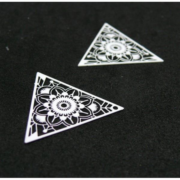 AE1111967 Lot de 4 Estampes pendentif connecteur filigrane Triangle 28mm coloris Blanc - Photo n°1