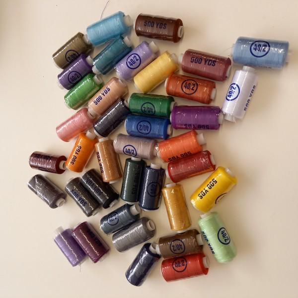 Lot de 39 bobines de 450m de fil à coudre polyester, toutes différentes - Photo n°1