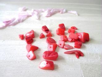 Lot de 30 gr de perles chips couleur rouge (environ 30 perles)