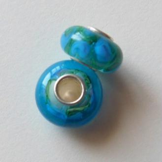 1 perle lampwork verre charm verre de Murano 14 mm FLEUR BLEUE FOND VERT