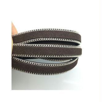 Daim marron avec chaînette argenté sur cuir noir x1 m
