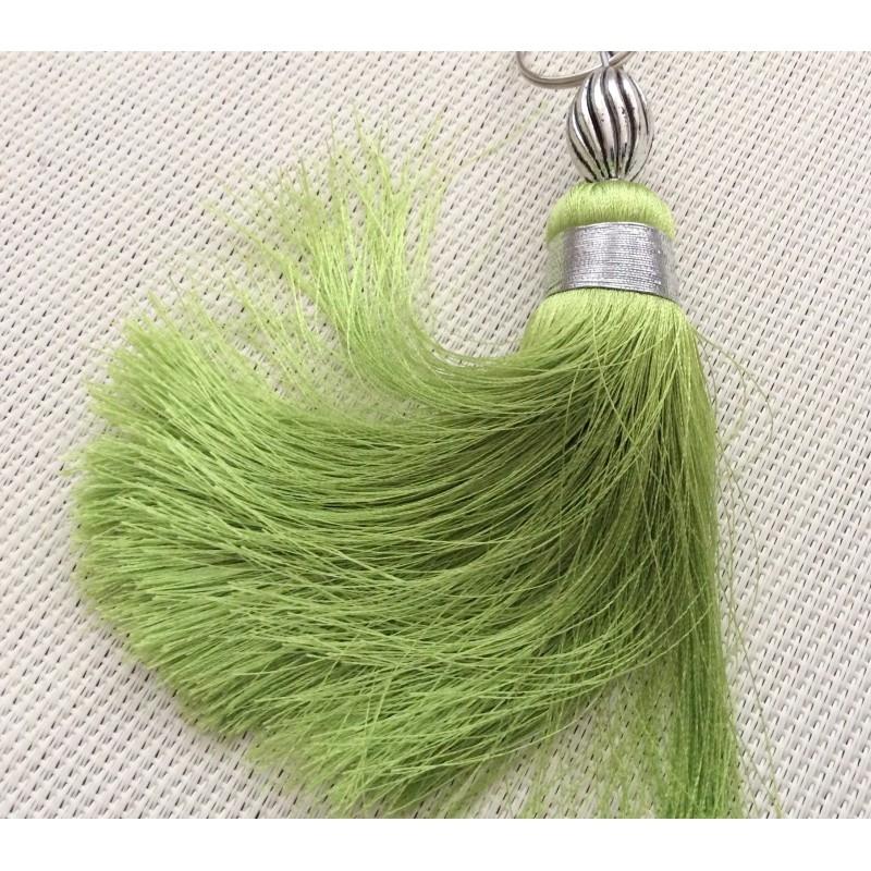 pompon en soie de couleur verte pendentif pompon creavea. Black Bedroom Furniture Sets. Home Design Ideas