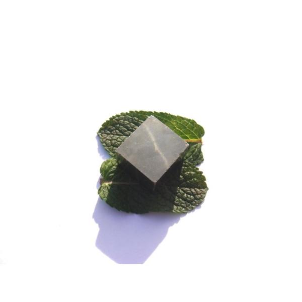 Pyrite brute : Pierre rectangulaire 1,9 CM x 2 CM x 1,5 CM environ - Photo n°1