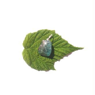 Apatite : Pendentif pierre brute 2,7 CM de hauteur x 1,5 CM max ( D10 )