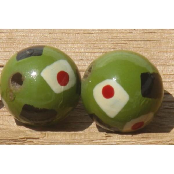 Deux perles rondes en bois vert, décor  peint à la main, 2 cm de diamètre. - Photo n°2