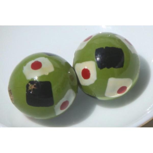 Deux perles rondes en bois vert, décor  peint à la main, 2 cm de diamètre. - Photo n°1