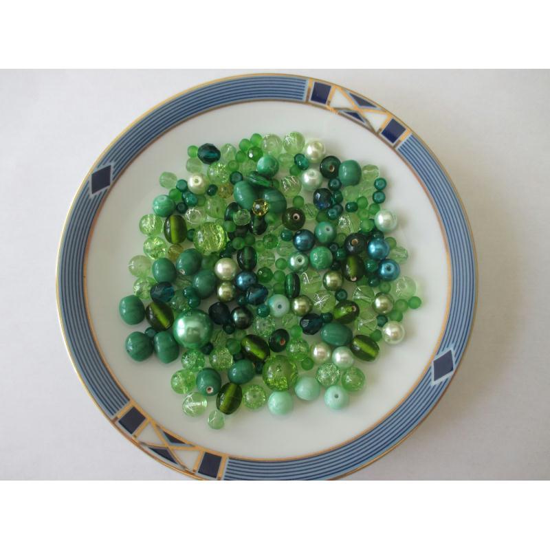 assortiment de 85 gr de perles ton vert diff rentes nuances perles en verre creavea. Black Bedroom Furniture Sets. Home Design Ideas