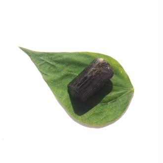 Pierre brute Tourmaline Noire du Brésil 3 CM x 1.8 CM de diamètre max