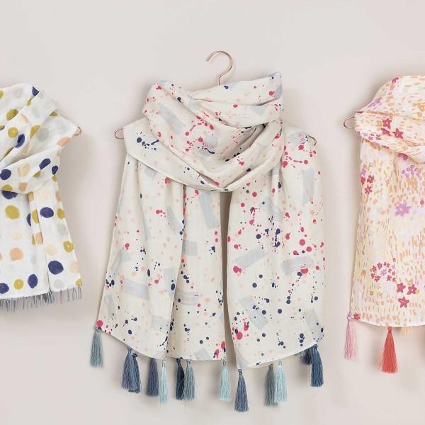 Tissu Coton léger à la coupe - Tâches bleues et roses sur fond Bleu pâle - Détails Fluo - Par 10 cm - Photo n°3