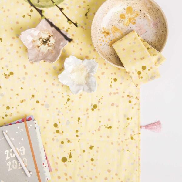 Tissu Coton léger à la coupe - Tâches roses sur fond Jaune pâle - Détails Métallisés - Par 10 cm - Photo n°3