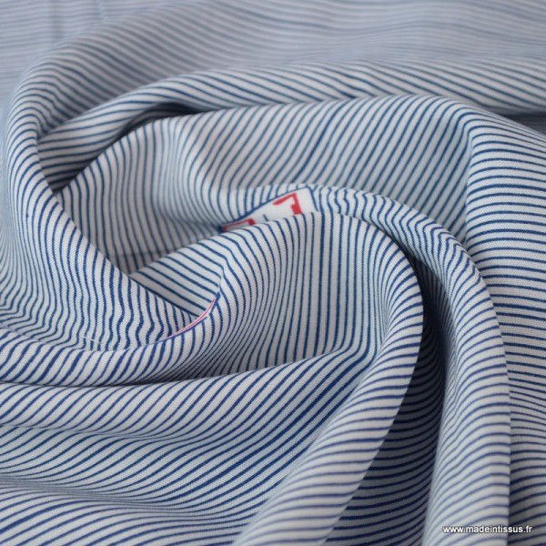 Tissu Viscose à rayures bleues et blanches imprimé bateaux avec effet vagues - Photo n°2