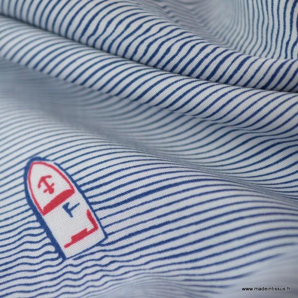 Tissu Viscose à rayures bleues et blanches imprimé bateaux avec effet vagues - Photo n°3