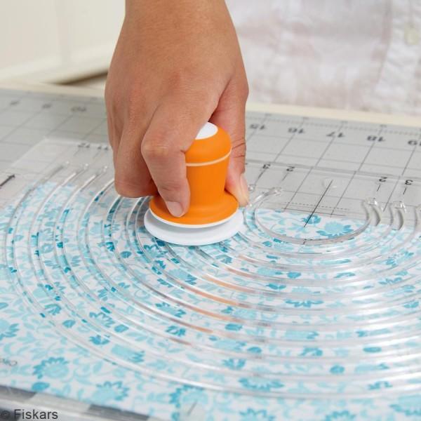 Cutter circulaire avec plaque pour tissus Fiskars - Photo n°2