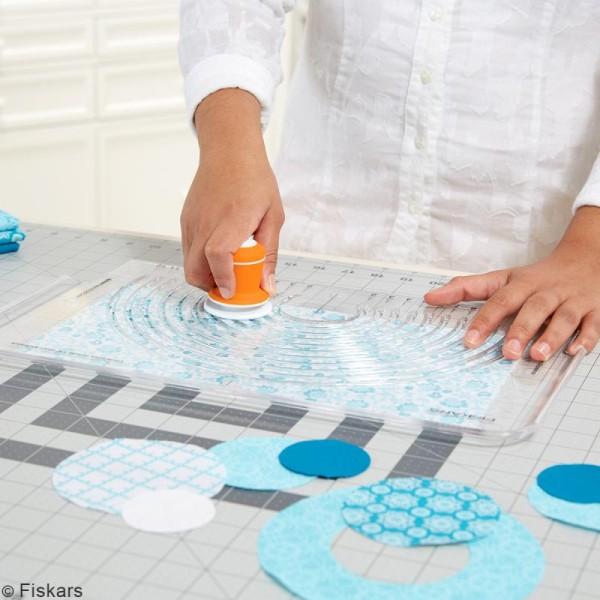 Cutter circulaire avec plaque pour tissus Fiskars - Photo n°3