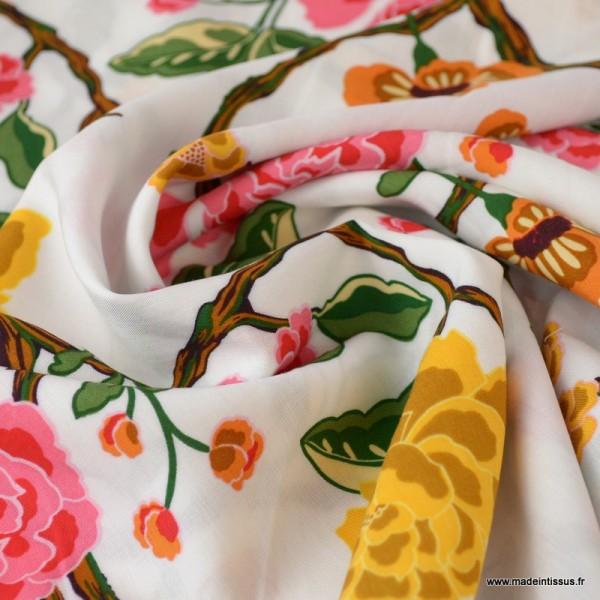 Tissu Viscose à fleurs moutarde et roses fond Blanc - Photo n°2