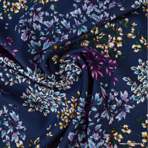 Tissu Viscose motif fleurs fond bleu - Photo n°2