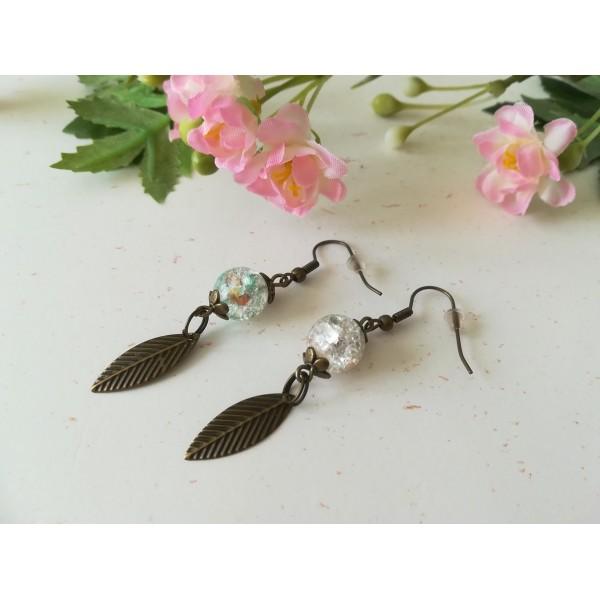 Kit boucles d'oreilles perles craquelé multicolore et plume bronze - Photo n°1