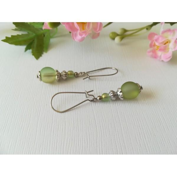 Kit boucles d'oreilles apprêts argent mat et perles en verre givré vert clair - Photo n°1