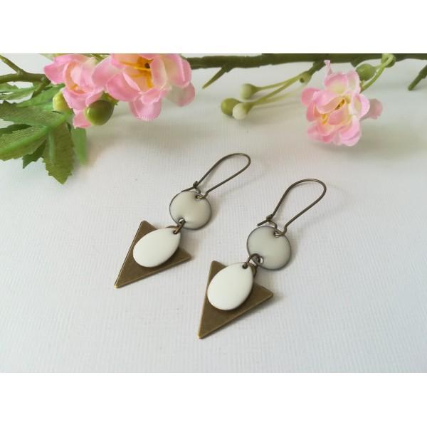 Kit de boucles d'oreilles pendentif triangle bronze et sequins émail blanc - Photo n°1