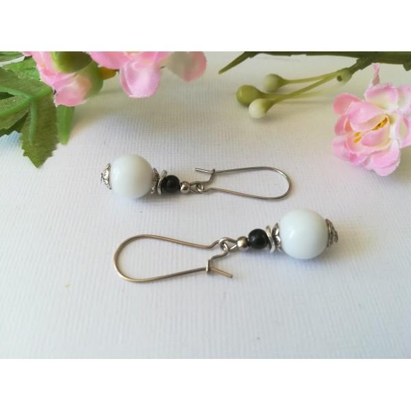 Kit boucles d'oreilles perle blanc noir et apprêts argent mat - Photo n°1