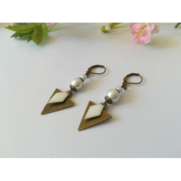 Kit de boucles d'oreilles pendentif triangle bronze et perles blanches - Photo n°2