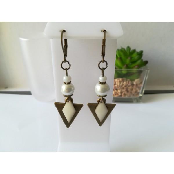 Kit de boucles d'oreilles pendentif triangle bronze et perles blanches - Photo n°1