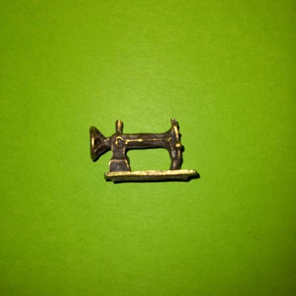 Une machine à coudre en broloque - Photo n°1