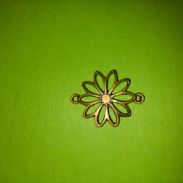 Une fleur en forme d'étoile, breloque - Photo n°1