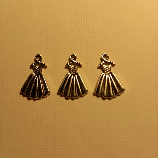 Trois robes sur leur cintre , breloque - Photo n°1