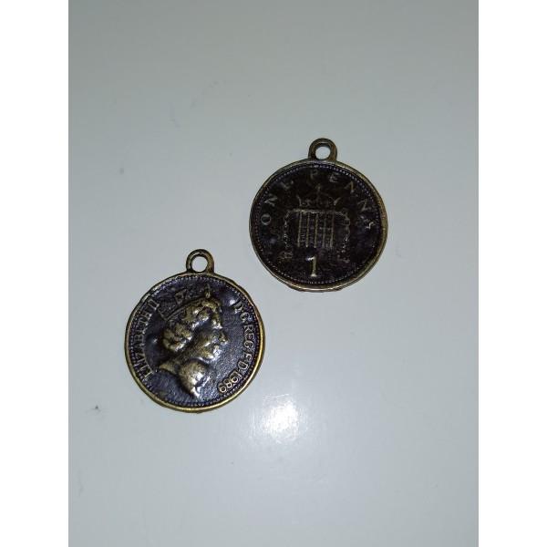 Un faux one penny et sa reine, breloque, , 2 cm - Photo n°1