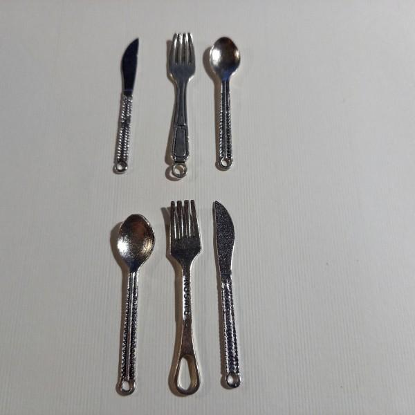 Breloque, 2 fourchettes, 2 couteaux et 2 cuillères - Photo n°1