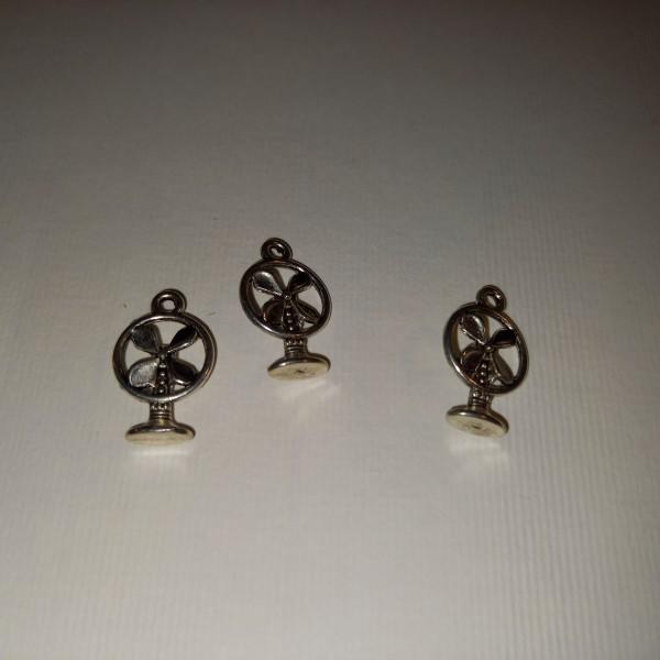 Breloque,trois ventilateurs, en métal blanc, 1 cm - Photo n°1