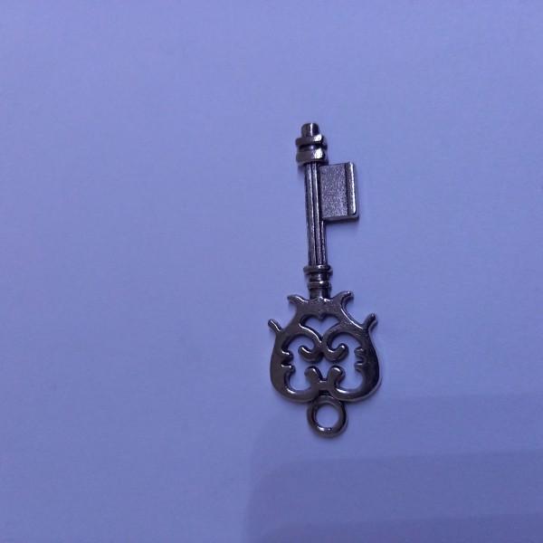 Breloque, clef de château métal blanc - Photo n°1