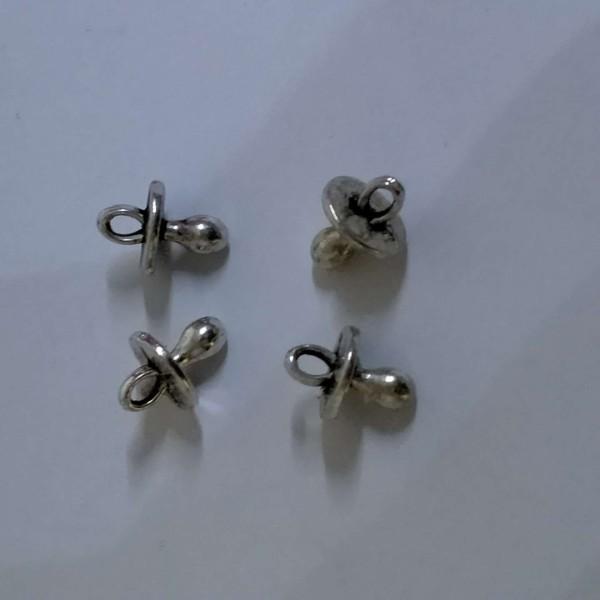 Quatre totoches à sucer, breloques, 1 cm en métal blanc - Photo n°1