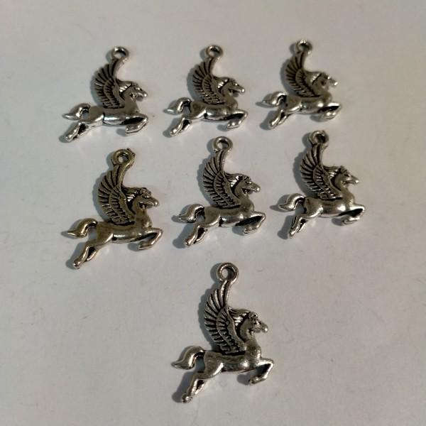 Breloque, 7 chevaux ailés, 2 cm, en métal blanc - Photo n°1