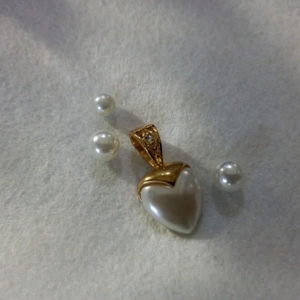 Ensemble 3 perles nacrées, de 5 à 7mm, et 1 pendentif coeur, 2.5cm - Photo n°1