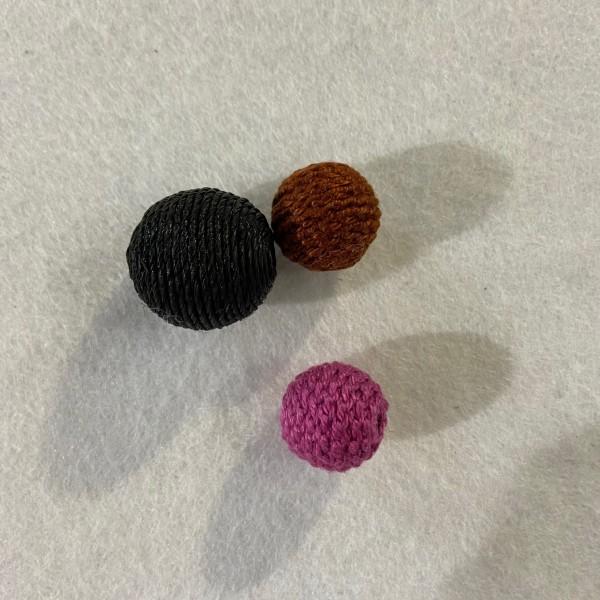Trois perles a crocheter noir marron et rose - Photo n°1