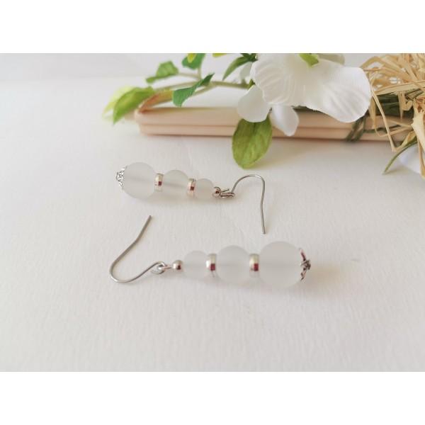 Kit boucles d'oreilles apprêts argent mat et perles en verre blanche - Photo n°2