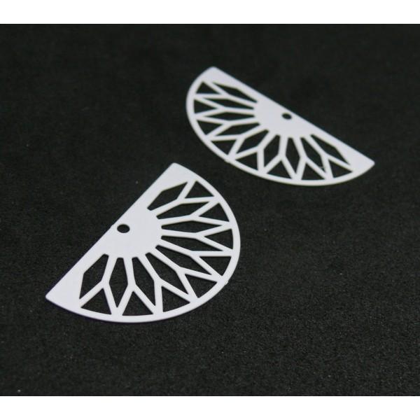 AE111362 Lot de 4 Estampes pendentif filigrane demi cercle Eventail GM 16 par 30 mm Coloris Blanc - Photo n°1